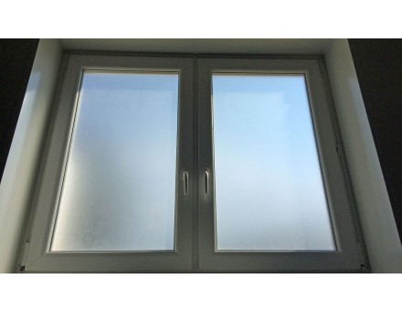 Polep mrazových - mliečnych fólií na okná z vnútornej strany.